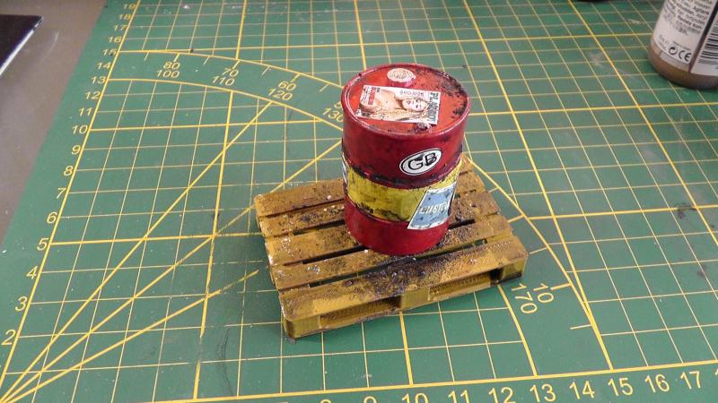 1 Rotes Ölfaß + 1 Palette gealtert Achtung  Handbemalt  1:18 Diaorama
